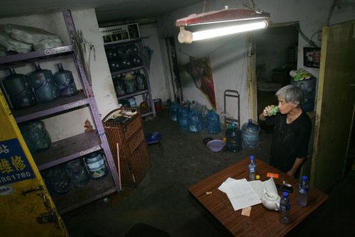 Cerita Inspiratif: Kisah Nenek Pengantar Galon Air Mineral (2/3)