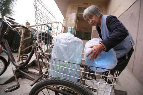 Cerita Inspiratif: Kisah Nenek Pengantar Galon Air Mineral (1/3)
